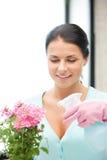 Mooie huisvrouw met bloem Royalty-vrije Stock Afbeelding
