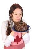Mooie huisvrouwen ruikende bundt cake stock afbeelding
