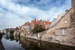 Mooie huizen langs de kanalen van Brugge, België Toerismebestemming in Europa Stock Afbeeldingen