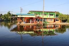 Mooie huizen langs het kanaal Stock Fotografie