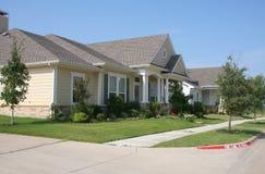 Mooie huizen met gadern Stock Fotografie