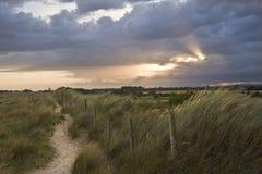 Mooie humeurige zonsondergang over plattelandslandschap Stock Foto's