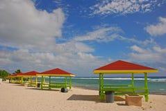 Mooie hutten met kleurrijk dak en houten structuur langs de kust van Groot Kaaimaneiland in Caymaneilanden stock afbeelding