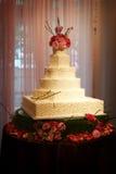 Mooie huwelijkscake binnen huwelijksontvangst Royalty-vrije Stock Afbeelding