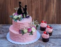 Mooie huwelijkscake met roze room en cijfer van minnaars royalty-vrije stock fotografie
