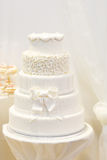 Mooie huwelijkscake in wit met vijf verschillende niveaus. royalty-vrije stock afbeeldingen