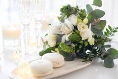 Mooie huwelijksdecoratie met elegante champagne en bloemen, Stock Foto