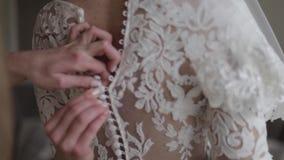 Mooie huwelijkskleding bij het charmeren van bruid Element van juwelen stock videobeelden