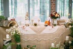 Mooie huwelijkslijst met huwelijksdecor berk Stock Foto's