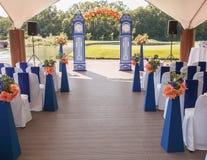 Mooie huwelijksoverwelfde galerij Boog zoals klokken met peachy bloemen worden verfraaid die Stock Fotografie