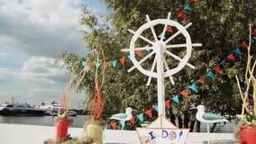 Mooie huwelijksregistratie door de rivier stock videobeelden