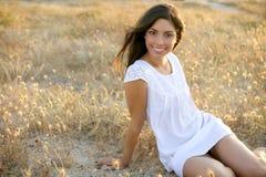 Mooie Indische brunette op een gouden gebied Royalty-vrije Stock Foto's
