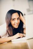 Mooie Indische studente die laptop computer thuis met behulp van Royalty-vrije Stock Afbeelding