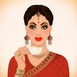 Mooie Indische vrouw die traditionele uitrusting het drinken thee dragen, royalty-vrije illustratie