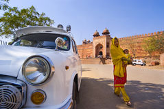 Mooie Indische vrouw met baby in Fatehpur Sikri Royalty-vrije Stock Fotografie