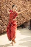 Mooie Indische vrouwendanser in traditionele kleding stock foto's