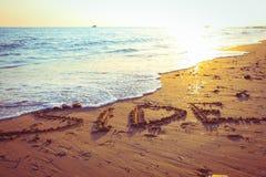 Mooie inschrijving op het zand op het strand in de avond in Turkije stock fotografie