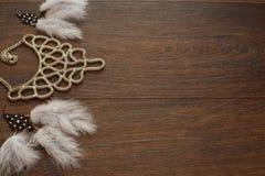 Mooie inzameling van juwelen voor vrouwen gevoelige oorringen met veren en halsband Stock Afbeeldingen