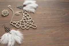 Mooie inzameling van juwelen voor vrouwen gevoelige oorringen met veren en halsband Stock Foto