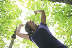 Mooie 30 jaar oude vrouwen die zich in bos bevinden Stock Fotografie