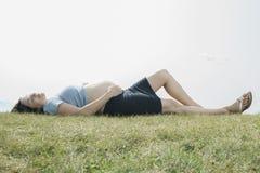 Mooie 30 jaar oude zwangere vrouwen openlucht Royalty-vrije Stock Foto