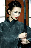 Mooie Japanse kimonovrouw met samoeraienzwaard Stock Foto