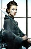 Mooie Japanse kimonovrouw met samoeraienzwaard royalty-vrije stock foto's