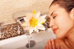 Mooie Japanse vrouw in bad stock foto