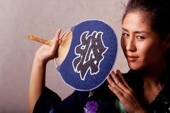 Mooie Japanse vrouw die kimono draagt royalty-vrije stock afbeeldingen