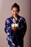 Mooie Japanse vrouw die kimono draagt stock afbeeldingen