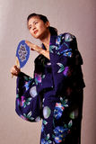 Mooie Japanse vrouw die kimono draagt royalty-vrije stock fotografie
