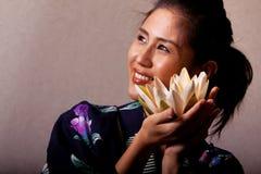 Mooie Japanse vrouw die kimono draagt stock foto