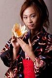 Mooie Japanse vrouw die kimono draagt royalty-vrije stock foto's