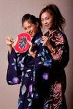 Mooie Japanse vrouw die kimono draagt stock afbeelding