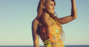 Mooie jonge Afrikaanse vrouw in een zwempak stock video