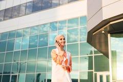 Mooie jonge Arabische vrouw die op celtelefoon spreken Royalty-vrije Stock Afbeelding