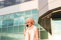 Mooie jonge Arabische vrouw die op celtelefoon spreken Stock Foto