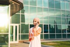 Mooie jonge Arabische vrouw die op celtelefoon spreken Royalty-vrije Stock Foto