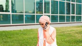 Mooie jonge Arabische vrouw die op celtelefoon spreken Royalty-vrije Stock Fotografie