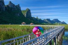 Mooie jonge Aziatische vrouw in bergen royalty-vrije stock foto's