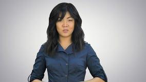 Mooie jonge Aziatische vrouw die een presentatie op witte achtergrond doen royalty-vrije stock fotografie