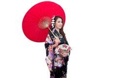 Mooie jonge Aziatische vrouw die traditionele Japanse kimono dragen Royalty-vrije Stock Afbeeldingen