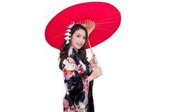 Mooie jonge Aziatische vrouw die traditionele Japanse kimono dragen Royalty-vrije Stock Afbeelding