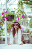 Mooie jonge Aziatische vrouw die van de versheid genieten royalty-vrije stock foto