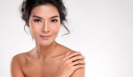 Mooie Jonge Aziatische Vrouw met Schone Verse Huid stock afbeelding