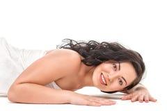 Mooie jonge Aziatische vrouw in witte handdoek Stock Afbeeldingen