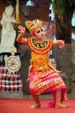 Mooie jonge Balinese vrouw in etnisch danserskostuum royalty-vrije stock foto's
