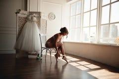 Mooie jonge ballerina in pointe Royalty-vrije Stock Afbeeldingen