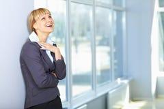 Mooie jonge bedrijfsdameglimlach royalty-vrije stock fotografie