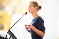 Mooie, jonge bedrijfsvrouw die een presentatie geven Royalty-vrije Stock Foto's